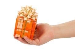 La mano del hombre que sostiene la caja de regalo fotografía de archivo libre de regalías