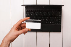 La mano del hombre que sostiene una tarjeta del pago fotografía de archivo libre de regalías