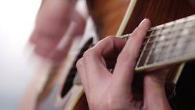 La mano del hombre que toca la guitarra metrajes
