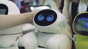 La mano del hombre toca el robot El robot es feliz con el tacto de un ser humano Concepto de la tecnología metrajes