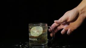 La mano del hombre toma una taza de cristal con té verde almacen de video