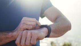 La mano del hombre usando smartwatch almacen de metraje de vídeo