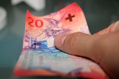 La mano del hombre veinte francos se cierra para arriba Imagen de archivo libre de regalías