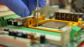 La mano del ingeniero informático trae el procesador de la CPU del ordenador metrajes