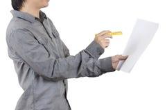 La mano del muchacho del hombre da el fondo del blanco de la flor Imágenes de archivo libres de regalías