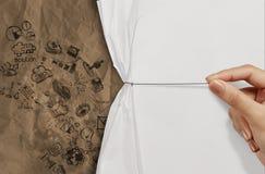 La mano del negocio dibuja el papel arrugado abierto de la cuerda Imagenes de archivo