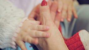 La mano del neonato che tiene la mano della madre archivi video