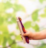 La mano del niño con crema dental y el cepillo fotografía de archivo libre de regalías