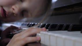 La mano del niño que juega el piano almacen de metraje de vídeo