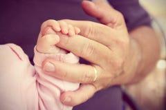 La mano del nonno della tenuta della ragazza di neonato Fotografia Stock Libera da Diritti