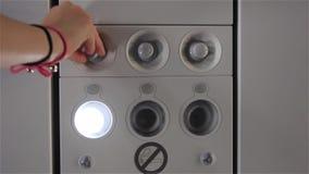 La mano del pasajero enciende la luz en el avión Primer metrajes