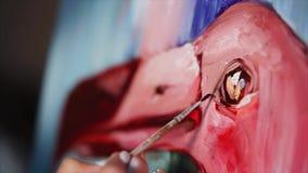 La mano del pintor está dibujando los detalles en una imagen con los pájaros rosados almacen de video