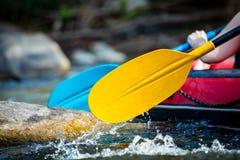 La mano del primer de la persona joven está transportando en balsa en el río Imágenes de archivo libres de regalías