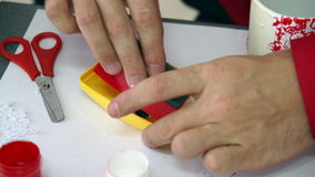 La mano del progettista ha deluso la spugna nel contenitore della pittura Workshop creativo archivi video