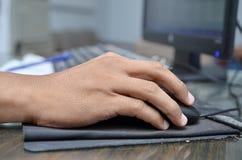 La mano del rat?n y de mecanografiar del ordenador del uso del hombre de negocios, forma del acuerdo de la sociedad acort? para r fotos de archivo