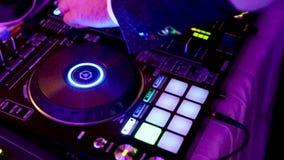 La mano del ` s de DJ está jugando