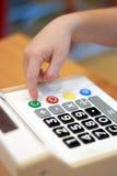 La mano del ` s de los niños presiona en la calculadora del botón Imagen de archivo