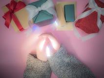 La mano del ` s de la muchacha de la belleza con la luz y el grupo de caja de regalo son concepto Imagenes de archivo