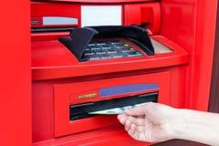 La mano del ` s de la mujer toma el efectivo USD de la atmósfera roja imagenes de archivo