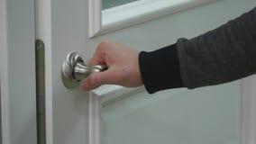 La mano del ` s degli uomini chiude la porta stock footage