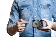 La mano del ` s del hombre sostiene 2 disco duro de 5 pulgadas Aislado en el fondo blanco Fotografía de archivo
