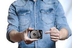 La mano del ` s del hombre sostiene 2 disco duro de 5 pulgadas Aislado en el fondo blanco Imagenes de archivo