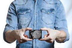 La mano del ` s del hombre sostiene 2 disco duro de 5 pulgadas Aislado en el fondo blanco Fotos de archivo