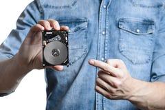 La mano del ` s del hombre sostiene 2 disco duro de 5 pulgadas Aislado en el fondo blanco Fotografía de archivo libre de regalías
