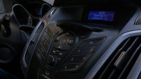 La mano del ` s dell'uomo mette il disco nel giocatore dell'automobile Controllo del bottone per il lettore di compact-disk in un fotografia stock