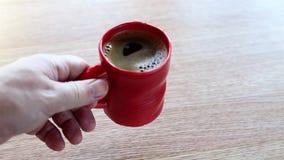 La mano del ` s dell'uomo mette una grande tazza di caffè archivi video