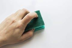 La mano del ` s dell'uomo pulisce una superficie Immagini Stock Libere da Diritti