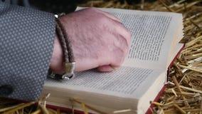 La mano del ` s dello sposo prende le fedi nuziali Preparando al giorno delle nozze Mattina del ` s dello sposo video d archivio