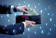 La mano del ` s del hombre de negocios saca euro de una cartera Imágenes de archivo libres de regalías