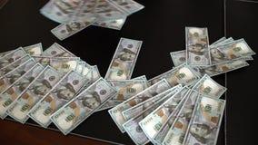 La mano del ` s del hombre toma los dólares de la tabla Un manojo de dinero Una denominación del ` s del dólar Primer de un negoc almacen de metraje de vídeo