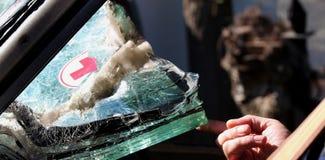 La mano del ` s del soldato tiene il vetro Paramedici del veicolo blindato Automobili fuse del parabrezza dell'armatura che trasp fotografie stock
