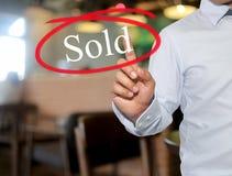 La mano del testo commovente dell'uomo ha venduto con colore bianco sull'interno della sfuocatura Fotografia Stock