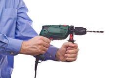 La mano del trabajador de sexo masculino que celebra el taladro práctico eléctrico Fotografía de archivo libre de regalías