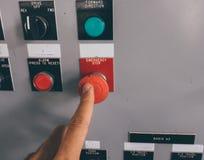 La mano del uso es botón de la emergencia del empuje Imagenes de archivo