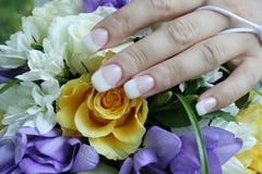 La mano delicata della sposa Immagine Stock