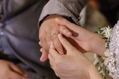 La mano dell'amante sta indossando un anello Fotografia Stock
