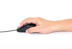 La mano dell'uomo che clicca sul topo del computer Fotografia Stock