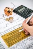 La mano dell'uomo che riempie l'imposta sul reddito polacca PIT-37 si forma Fotografia Stock Libera da Diritti