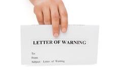 La mano dell'uomo che tiene una lettera di avvertimento Fotografie Stock Libere da Diritti