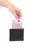 La mano dell'uomo che tira contanti dal portafoglio Fotografia Stock Libera da Diritti