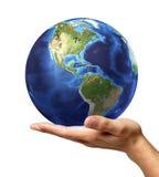 La mano dell'uomo con il globo della terra su. Su fondo bianco Fotografia Stock