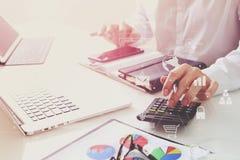 la mano dell'uomo d'affari che funziona con le finanze circa costo e calcola Immagini Stock