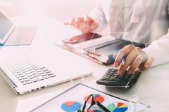 la mano dell'uomo d'affari che funziona con le finanze circa costo e calcola Fotografie Stock
