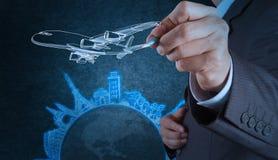 La mano dell'uomo d'affari disegna il viaggio dell'aeroplano intorno al mondo fotografie stock libere da diritti