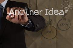 La mano dell'uomo d'affari disegna un'altra idea che la lampadina con ricicla il enve Fotografie Stock Libere da Diritti