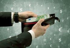 La mano dell'uomo d'affari elimina l'euro dal portafoglio Immagine Stock